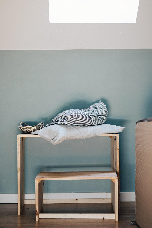 drevený stolík pre chlapca