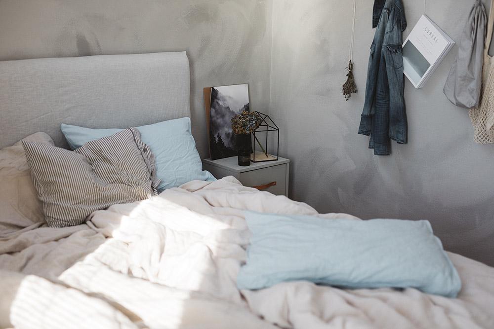 nordic farby šedá a modrá v spálni
